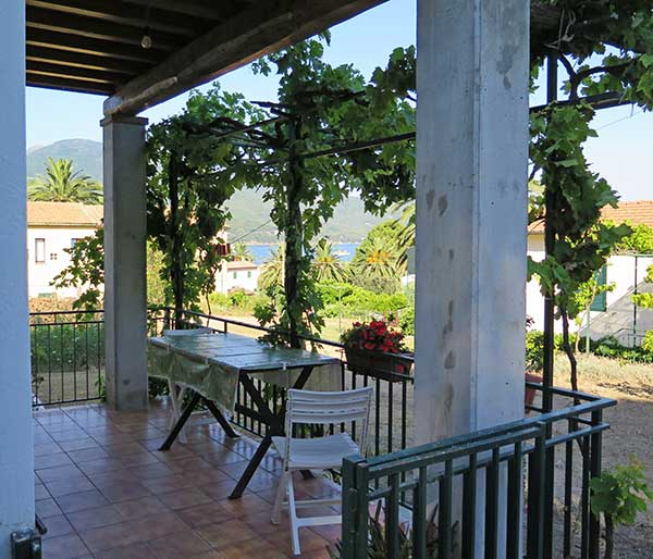 Appartamenti raffaella appartamenti isola d 39 elba for Piccola casa con veranda